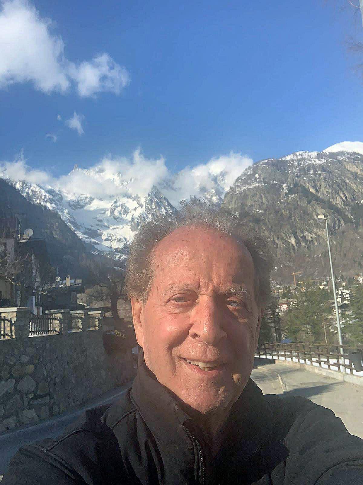 Courmayeur, Memo Remigi, selfie davanti al Monte Bianco da Dolonne, 14/03/2020